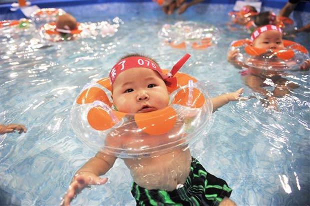 Bebês participaram de uma competição de natação.
