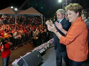 O presidente Lula e a candidata Dilma Rousseff em comício em Joinville nesta segunda (13)