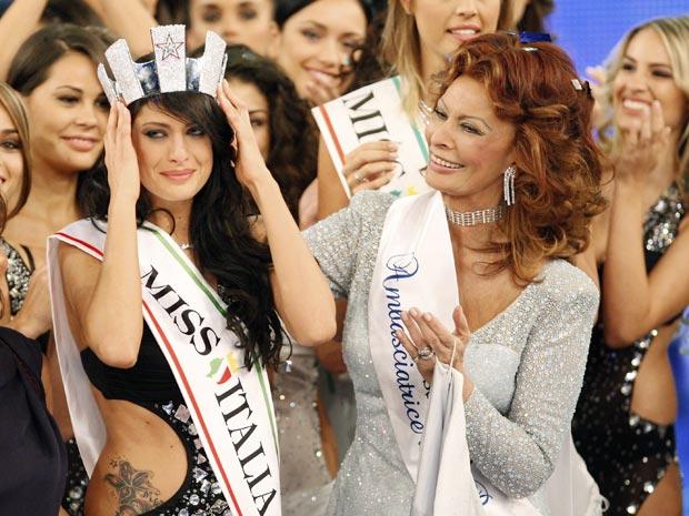 Escolhida Miss Itália 2010, Francesca Testasecca recebe a  faixa e a coroa das mãos da atriz Sofia Loren, membro do júri do  concurso, nesta segunda-feira (13)