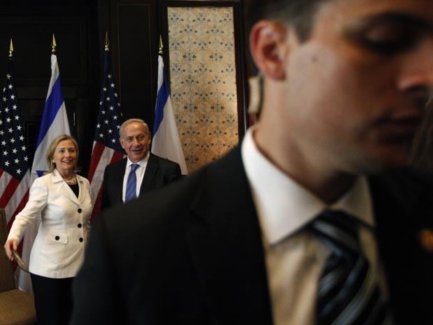 A secretária de Estado dos EUA, Hillary Clinton, e o premiê de Israel, Benjamin Netanyahu, chegam para a negociação no Egito.