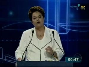 A candidata do PT à Presidência, Dilma Rousseff, comenta as suspeitas na Casa Civil em debate neste domingo (12)