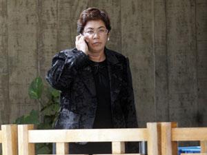 A ministra-chefe da Casa Civil, Erenice Guerra, saindo do Centro Cultural Banco do Brasil (CCBB) em julho