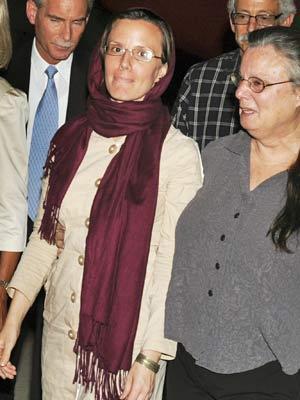 Sarah Shourd (centro) caminha ao lado da mãe, Nora Shourd, no aeroporto de Muscat, nesta terça