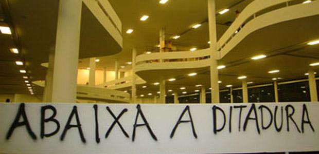 Pichação na Bienal em 2008