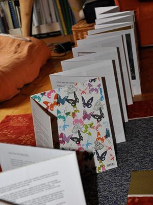 Páginas do livro são vistas nesta quarta-feira (15) na casa da ativista.