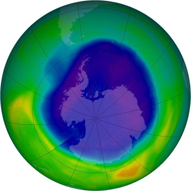 Ilustração com base em observações de satélites da Nasa permite identificar área do buraco na camada de ozônio, acima da Antártida.