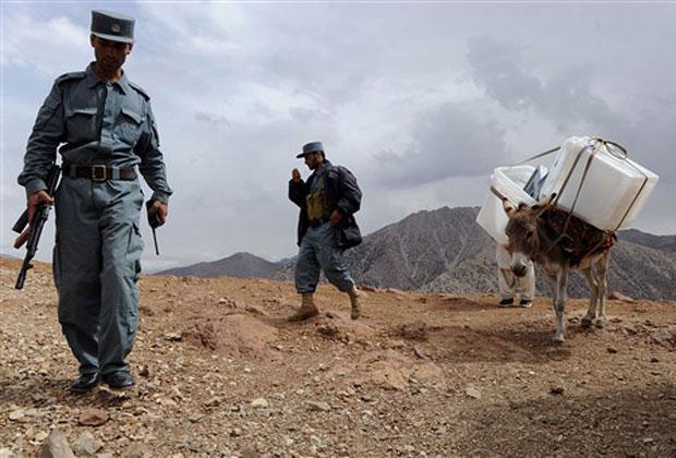 Urnas e cédulas são carregadas em lombo de burro nesta sexta-feira (17) no vale do Panjshir.