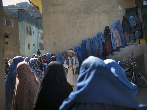 Mulheres em Cabul fazem fila para participar das eleições parlamentares no Afeganistão.