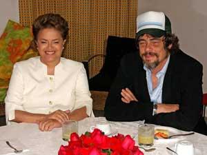 A candidata do PT à Presidência, Dilma Rousseff, ao lado do ator porto-riquenho Benício Del Toro, na manhã deste sábado (18), em Campinas