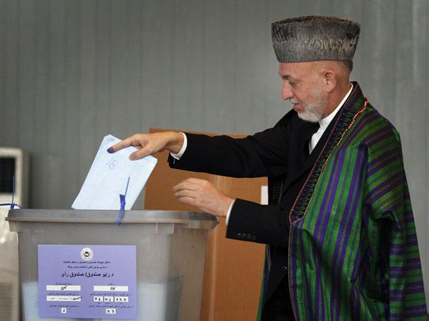 Presidente Hamid Karzai registra seu voto em colégio eleitoral na capital Cabul.