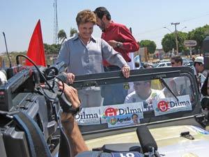 Dilma Rousseff (PT) durante carreata em Ceilândia, próximo a Brasília, neste domingo
