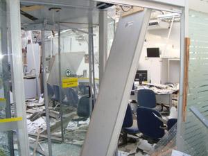 Interior da agência foi destruída.