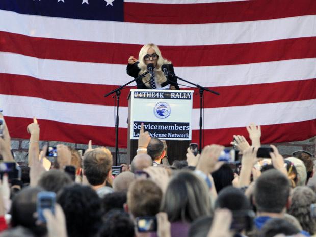 A cantora Lady Gaga discursa durante ato pela revogação da política  'don't ask, don't tell' (Não pergunte, não diga) do Exército americano em Portland, Maine, nesta segunda-feira (20); Senado americano começa a votar possível revogação da lei nesta terça
