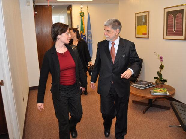 A americana Sarah Shourd e o chanceler do Brasil, Celso Amorim, durante encontro nesta terça-feira (21) em Nova York.
