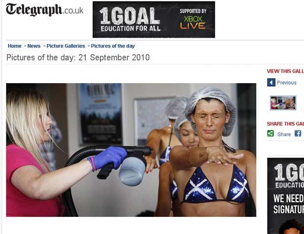 Lisa Fulton passa spray de bronzeamento em mulheres.