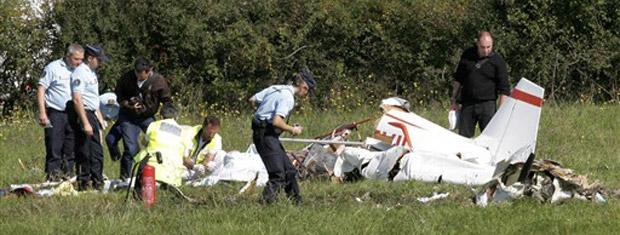 Policiais e bombeiros observam destroços de pequeno avião de turismo que caiu nesta quarta-feira (22) em Saint-Romain-la-Motte, próximo à cidade francesa de Roanne.