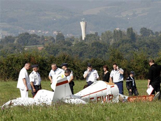 Os dois ocupantes, policiais da reserva de cerca de 40 anos, morreram. Eles haviam decolado do aeroporto de Roanne e caíram cerca de dez quilômetros depois, por motivos ainda desconhecidos.