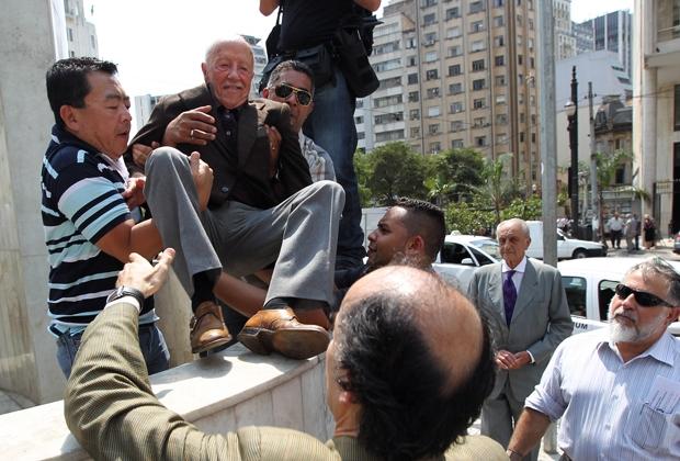 """O jurista Hélio Bicudo (foto) leu o manifesto a centenas de pessoas que estavam no largo """"É inconcebível que uma das mais importantes democracias do mundo seja assombrada por uma forma de autoritarismo hipócrita"""", afirmou"""