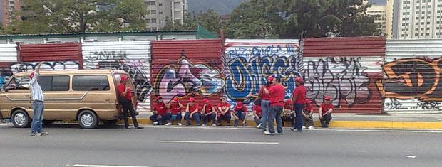 Chavistas concentram-se para o comício de encerramento de campanha desta quinta-feira (23).
