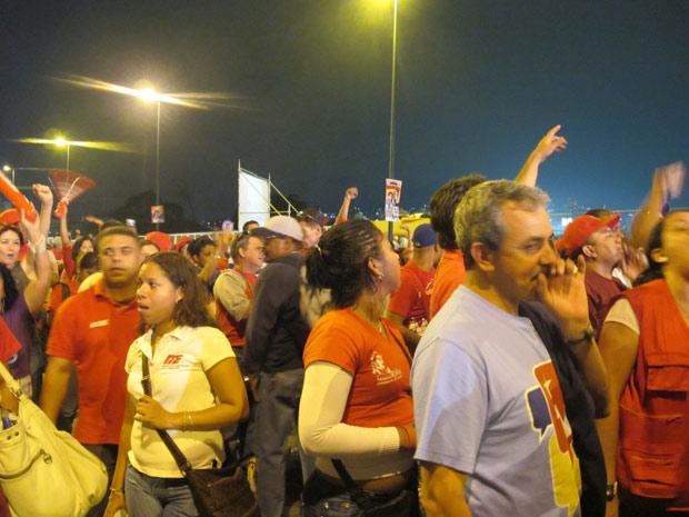 De vermelho, chavistas acompanham o último comício dos aliados do presidente antes das eleições legislativas em Caracas