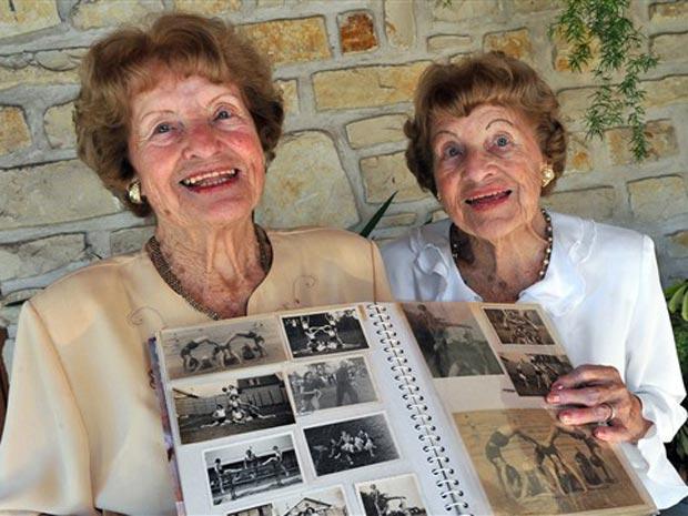 Lucienne e Raymonde, consideradas as gêmeas idênticas mais velhas do mundo pelo Luvro Guinness de Recordes, posam em Saint-Georges-de-Didonne, próximo à cidade francesa de Bordeaux. Nascidas em Paris, elas celebram 98 anos nesta quinta-feira (23). Viúvas, elas moram juntas desde que se aposentaram.
