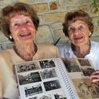 Gêmeas idênticas mais velhas celebram 98 anos (AFP)