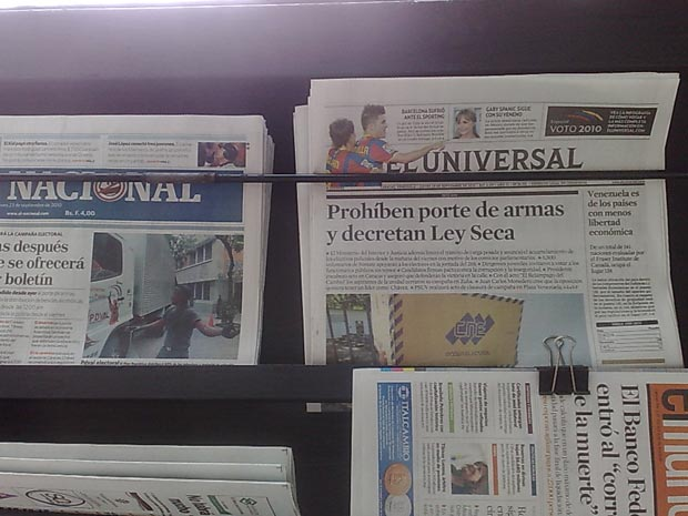 Jornais desta quinta-feira (23) anunciam a lei seca e a proibição de portar armas na Venezuela.