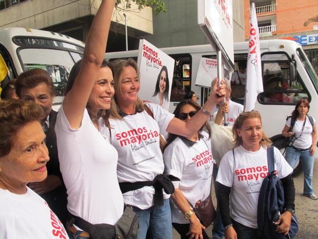 Apoiadores posam com uma das candidatas da oposição a uma das cadeiras na Assembleia venezuelana