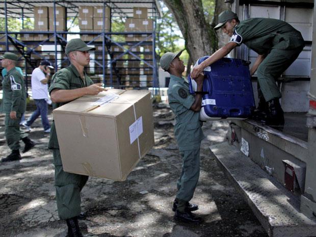 Material de votação é transportado por militares nesta quarta-feira (22) em Caracas.