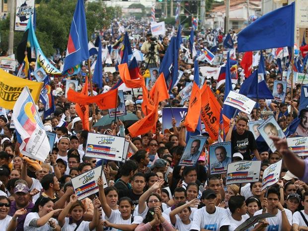Oposicionistas venezuelanos fazem comício nesta quarta-feira (22) em Maracaibo.