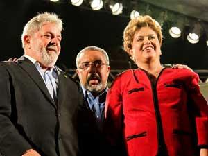 O presidente Lula, o candidato do PT ao Senado Paulo Paim e Dilma Rousseff em comício em POrto Algre nesta sexta (24).