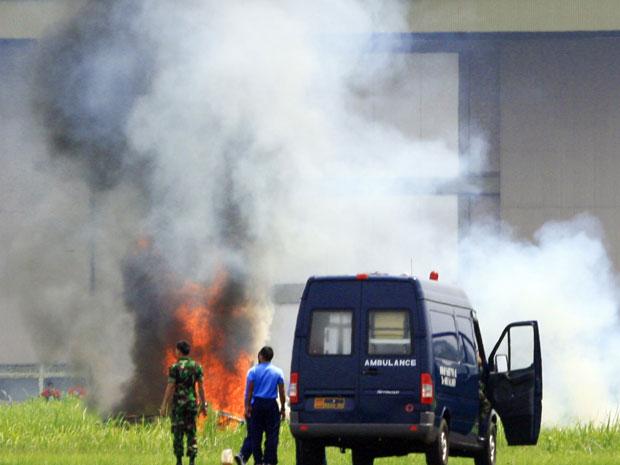 Destroços do avião, ainda em chamas, depois da queda.