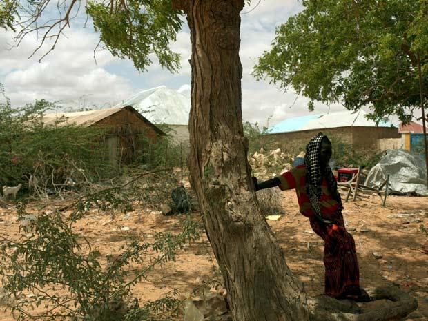 Somali se protege da areia e do sol na cidade de Wisil, na região central da Somália
