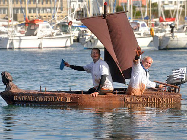 O barco de 1,2 toneladas foi inteiro feito de chocolate, exceto pelas bordas que são de açúcar
