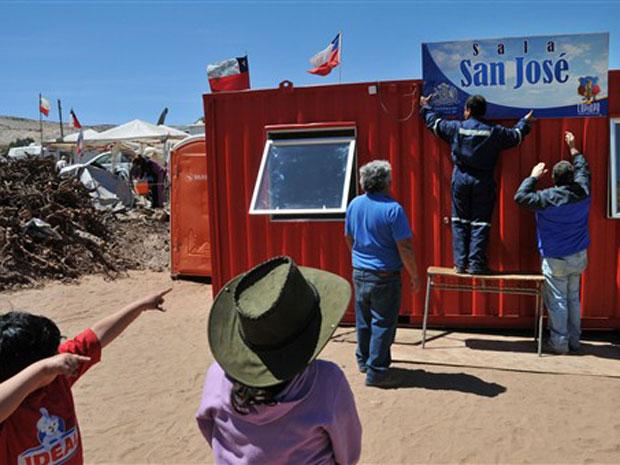 Funcionário públicos terminam a instalação da unidade usada como sala de aula pelos filhos dos 33 miineiros presos no Chile, no acampamento Esperanza, em San Jose.