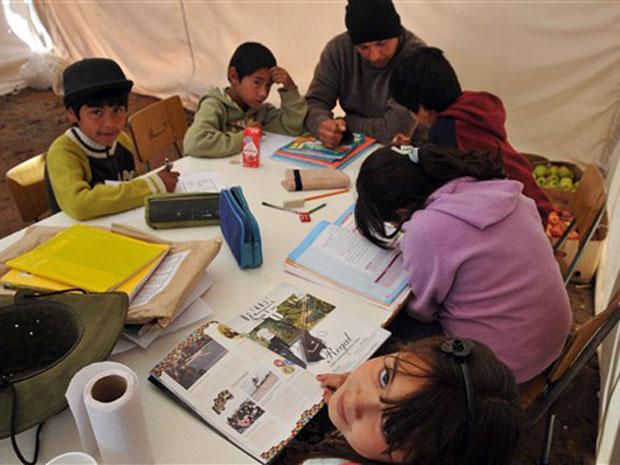 Crianças têm aulas dentro de sala improvisada no acampamento 'Esperanza'