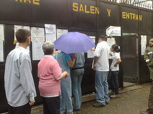 Após forte chuva, eleitores continuaram comparecendo aos centros de votação.