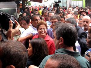 Cercada por seguranças, políticos, militantes e jornalistas, a passagem de Dilma pela Feira de São Cristóvão teve muito empurra-empurra.