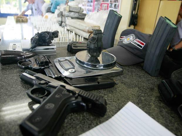 A PM apreendeu na manhã deste domingo (26) drogas, armas, munições e até uma granada em barraco da Favela Parque Novo Mundo, na Zona Norte de São Paulo. A polícia chegou até o local depois de uma denúncia anônima. Além da granada, havia carregadores de armas, uma pistola, um revólver, munição e grande quantidade de maconha e crack. Ninguém foi preso.