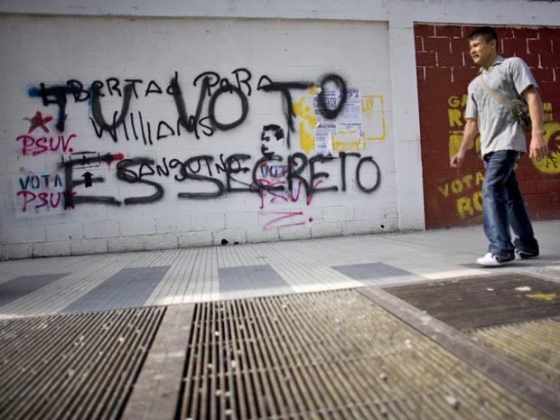 Grafite em muro reforça a ideia do voto secreto em Caracas