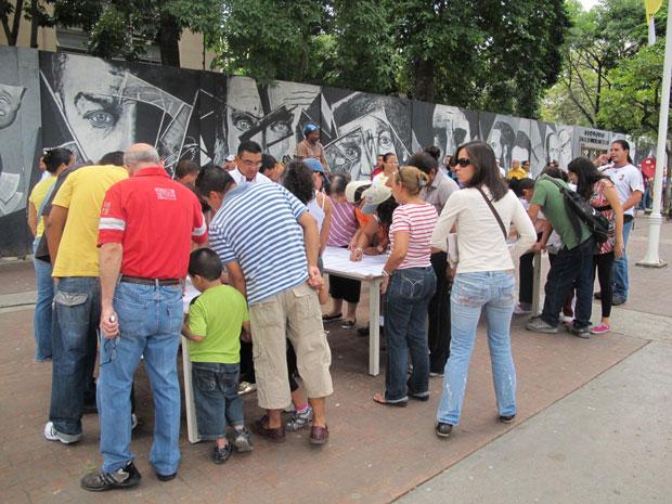 Eleitores fazem fila para votar na região central de Caracas.