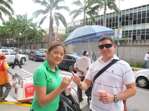 Rosaura Flores e José Francisco López mostram os dedos pintados de azul após votar.
