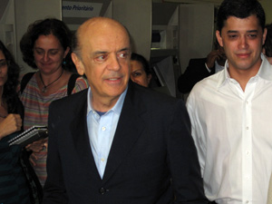Serra chega ao desembarque do Aeroporto Santos Dumont, onde foi recebido pelo candidato a vice, Índio da Costa (DEM) (de branco)