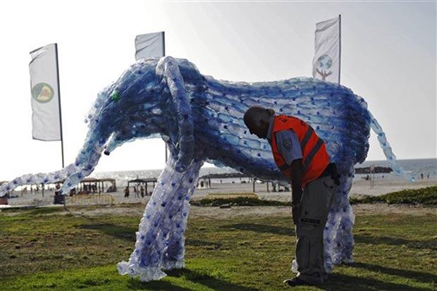 Israelenses criaram esculturas de animais com garrafas plásticas.