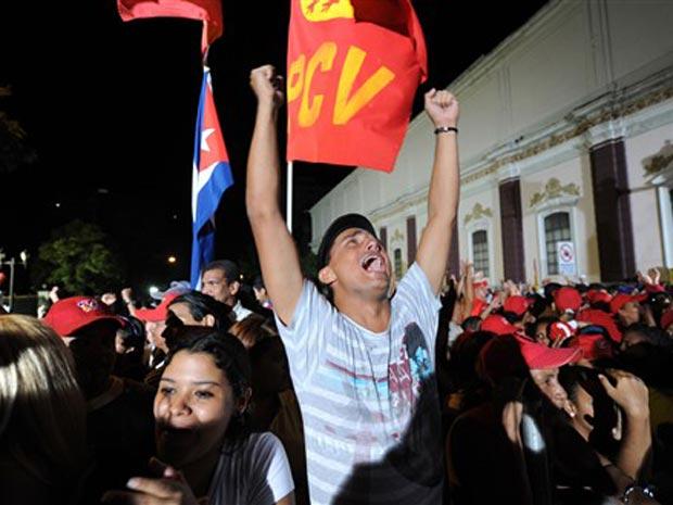 Chavistas celebram o resultado eleitoral na madrugada desta segunda-feira (27).