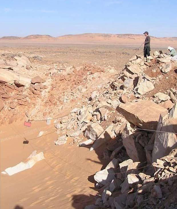 A cratera está entre o Sudão, a Líbia e o Egito e tem 45 metros de diâmetro e 16 metros de profundidade.
