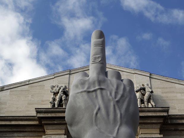 A escultura 'L.O.V.E.' é vista nesta segunda-feira (27) em Milão.