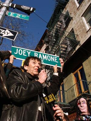 Charlotte Lesher, mãe do cantor Joey Ramone, inaugura a placa em homenagem ao seu filho em Nova York em 2003.