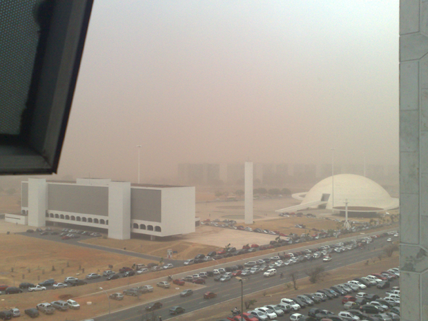 Uma pequena visão da Esplanada dos Ministérios coberta pela poeira.