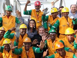 Presidente Lula posa para foto com trabalhadores dos três viadutos do Complexo Rótula do Abacaxi, em Salvador (BA)
